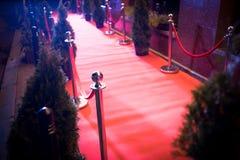 Langer roter Teppich - wird traditionsgemäß benutzt, um den Weg zu markieren, der durch Staatsoberhäupter bei den zeremoniellen u stockbild
