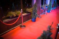 Langer roter Teppich - wird traditionsgemäß benutzt, um den Weg zu markieren, der durch Staatsoberhäupter bei den zeremoniellen u stockbilder