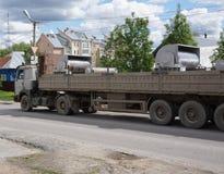 Langer Sattelschlepper mit einer offenen LKW-Fracht lizenzfreie stockfotografie