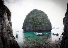 Langer Schwanz machte auf einem wilden Strand von Ko Phi Phi Ley fest Stockbild