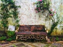 Langer Stahlstuhl der Weinlese im Garten lizenzfreie stockbilder