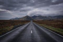 Langer Straightaway in Richtung zu den Bergen in Icealnd Stockfoto