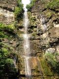 Langer Wasserfall auf schönem Felsen stockbild