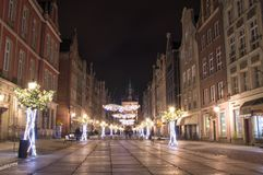 Langer Weg in der alten Stadt von Gdansk mit Weihnachtsdekoration nachts Lizenzfreie Stockfotografie