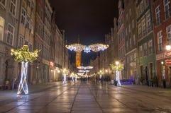 Langer Weg in der alten Stadt von Gdansk mit Weihnachtsdekoration nachts Stockbilder