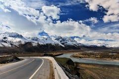 Langer Weg Tibets voran mit hohem Berg in der Front Stockfotos