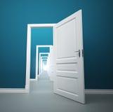 Langer Weg von geöffneten Türen Stockbilder
