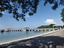 Langer weißer Outreach zur Seebrücke auf der Ferninsel lizenzfreies stockbild