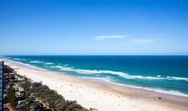 Langer weißer Sandstrand und -ozean mit Wellen Stockbilder