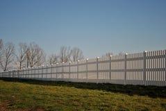 Langer weißer Zaun Lizenzfreies Stockfoto