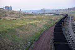 Langer wickelnder Kohlezug, der Kohle von einem Tagebaubergwerk transportiert lizenzfreie stockfotos