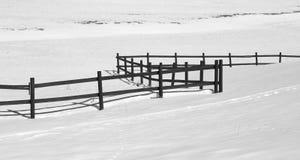 Langer Zaun mit weißem frischem Schnee lizenzfreie stockfotografie