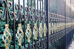 Langer Zaun von geschmiedetem Metall lizenzfreie stockfotografie