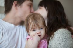 Langerwartetes Kinderkonzept Mutter, Vati lizenzfreie stockfotografie