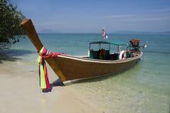 Langes angebundenes Boot, KOH Naka Stockfotos