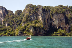 Langes angebundenes Boot, Krabi, Thailand stockbilder