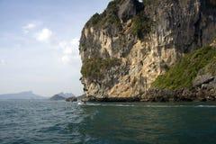 Langes angebundenes Boot in Krabi, Thailand stockbilder