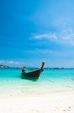 Langes angebundenes Boot in Phi-Phi Insel in Thailand Stockbild