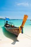Langes angebundenes Boot in Phi-Phi Insel in Thailand Lizenzfreie Stockbilder