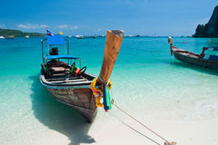 Langes angebundenes Boot in Phi-Phi Insel in Thailand Lizenzfreies Stockbild