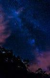 Langes Belichtungsbild der Milchstraße nachts vom Skyline-Antrieb in Nationalpark Shenandoah Lizenzfreies Stockbild