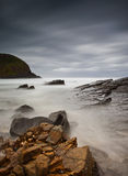 Nebelhaftes Meer und Felsen Stockfotos
