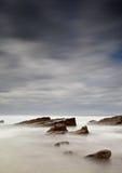 Nebelhaftes Meer und Felsen Stockfoto
