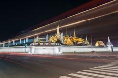 Langes Belichtungsfoto infornt berühmten Bangkok-Marksteins u. des x22; Wat Phar-keaw& x22; in der Nachtzeit stockfotografie