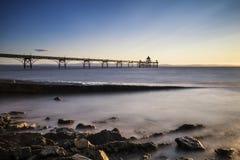 Langes Belichtungslandschaftsbild des Piers bei Sonnenuntergang im Sommer Lizenzfreie Stockfotografie