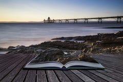 Langes Belichtungslandschaftsbild des Piers bei Sonnenuntergang in Sommer concep Stockfotografie