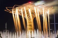 Langes Belichtungsnachtfoto des erstaunlichen Lichtes, Wasser und Feuerwerke stellen vom Baum des Lebens, das Symbol der Ausstell Stockbilder