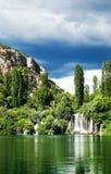 Langes Belichtungspanorama von Wasserfällen des Krka-Flusses in Nationalpark Krka in Kroatien Stockfotografie