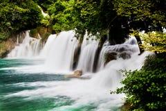 Langes Belichtungspanorama von Wasserfällen des Krka-Flusses in Nationalpark Krka in Kroatien Lizenzfreie Stockfotos