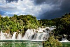 Langes Belichtungspanorama von Wasserfällen des Krka-Flusses in Nationalpark Krka in Kroatien Stockbilder