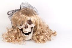 Langes blondes Haar, das Schädel, Hexen-beschwörenden Geist oder das Werfen gegenüberstellt Lizenzfreies Stockfoto