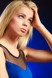 Langes blondes Haar des nachdenklichen Mädchens des Porträts Stockfotos