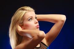 Langes blondes Haar des nachdenklichen Mädchens des Porträts Stockbild