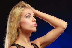 Langes blondes Haar des nachdenklichen Mädchens des Porträts Stockbilder