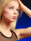 Langes blondes Haar des nachdenklichen Mädchens des Porträts Stockfoto
