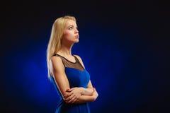 Langes blondes Haar des nachdenklichen Mädchens des Porträts Stockfotografie