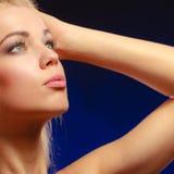 Langes blondes Haar des nachdenklichen Mädchens des Porträts Lizenzfreies Stockfoto