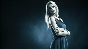 Langes blondes Haar des reizenden Mädchens des Porträts Stockbild