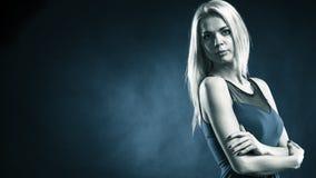 Langes blondes Haar des reizenden Mädchens des Porträts Stockbilder