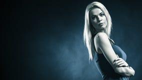 Langes blondes Haar des reizenden Mädchens des Porträts Stockfoto