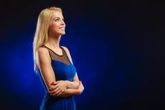 Langes blondes Haar des reizenden Mädchens des Porträts Lizenzfreie Stockbilder