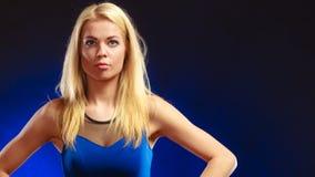 Langes blondes Haar des reizenden Mädchens des Porträts Stockfotos