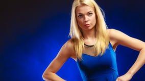 Langes blondes Haar des reizenden Mädchens des Porträts Stockfotografie