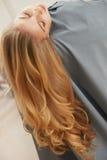 Langes blondes Haar Frau im Haarsalon Stockfotografie