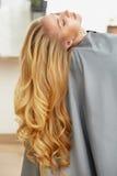 Langes blondes Haar Frau im Haarsalon Stockfoto