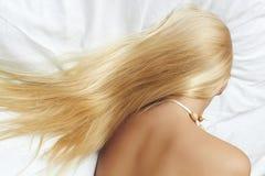 Langes blondes Haar. schöne blonde Frau, die im Bett schläft Stockfotografie